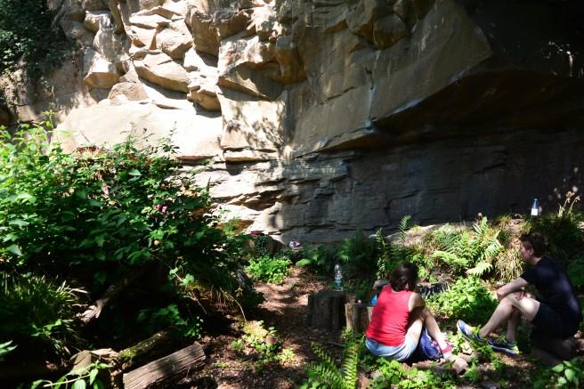 Frontalansicht des Bouldergebietes Nangijala - eine Wand aus Sandstein