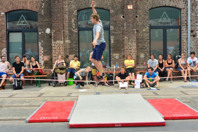 Slackline-Contest vor dem Kölner Stuntwerk während des Birlikte Festival am 14. Juni 2015