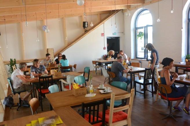 Der Bistrobereich bietet Platz für ruhige Pausen an sauberen Tischen