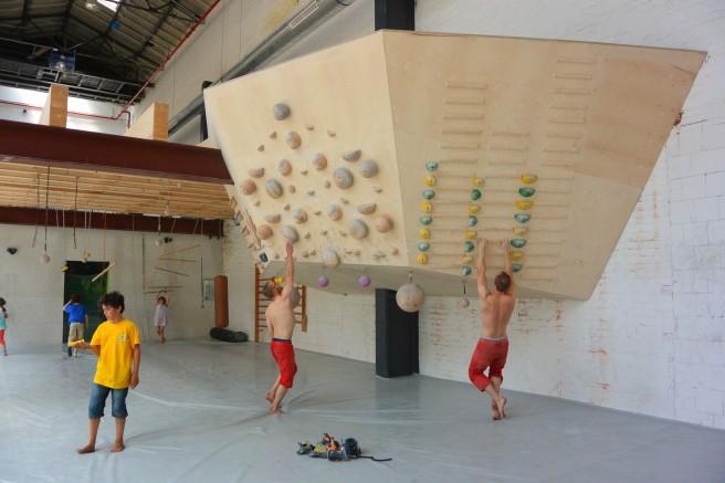 Im Boulderlab gibt es das große Campusboard für mehr Kraft in den Fingern