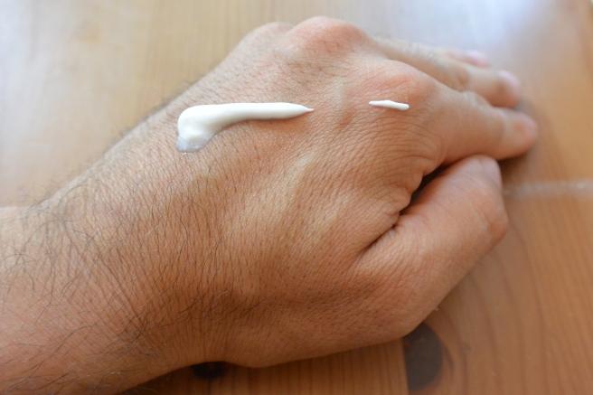 Eine kleine Menge Liquid Chalk reicht aus für beide Hände.
